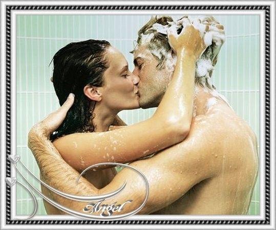Filles nues dans la douche ensemble